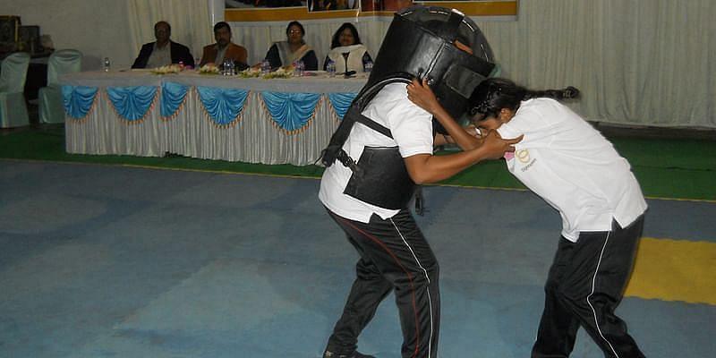 Sightavers India द्वारा आयोजित एक ट्रेनिंग कैंप में जूडो का अभ्यास करती लड़कियां