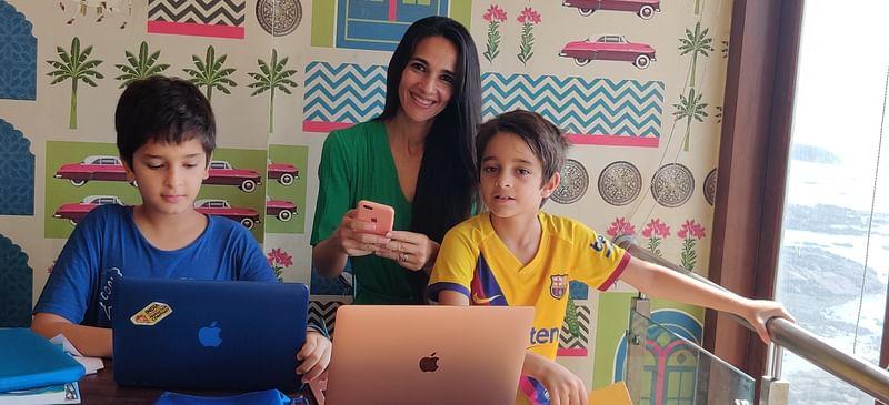 Tara Sharma avec des enfants