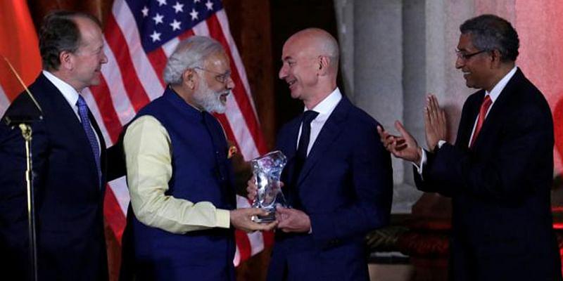 Prime Minister Narendra Modi (L) presents the Global Leadership Award to Amazon CEO Jeff Bezos, Source - Reuters