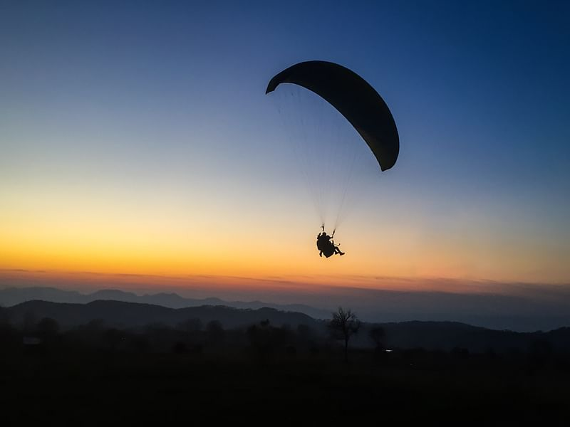 Parglider during the sunset around Barot<br>