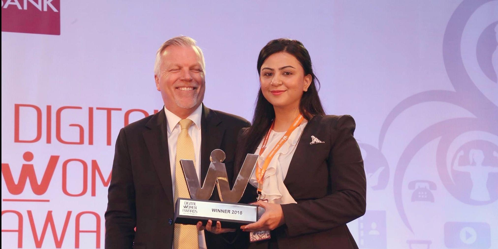 Mr. Wolfgang, Lufthansa India presenting an Award to Ms. Sakshi Talwar for Creative Disruptor, Rugs and Beyond