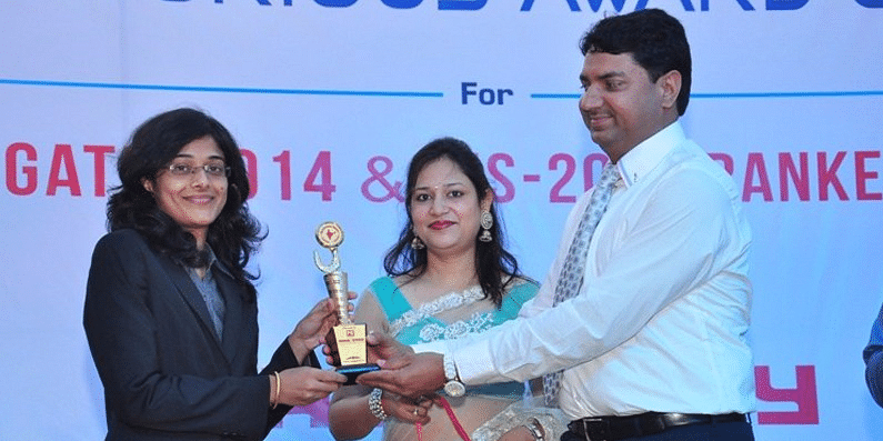 पुरस्कार ग्रहण करती हुईं सुरभी गौतम, फोटो साभार: सोशल मीडिया
