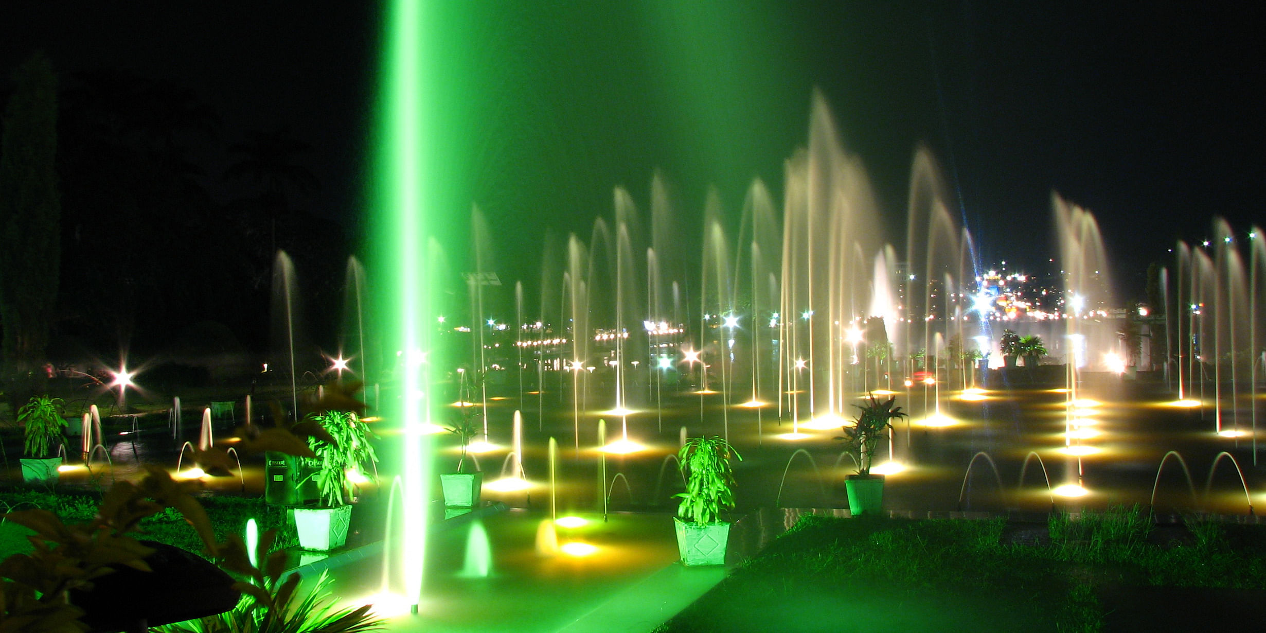 Image Source: https://upload.wikimedia.org/wikipedia/commons/a/a6/Brindavan_Garden_Fountains_in_Night.jpg