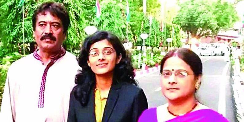 अपने पिताजी और मां के साथ सुरभी गौतम, फोटो साभार: सोशल मीडिया