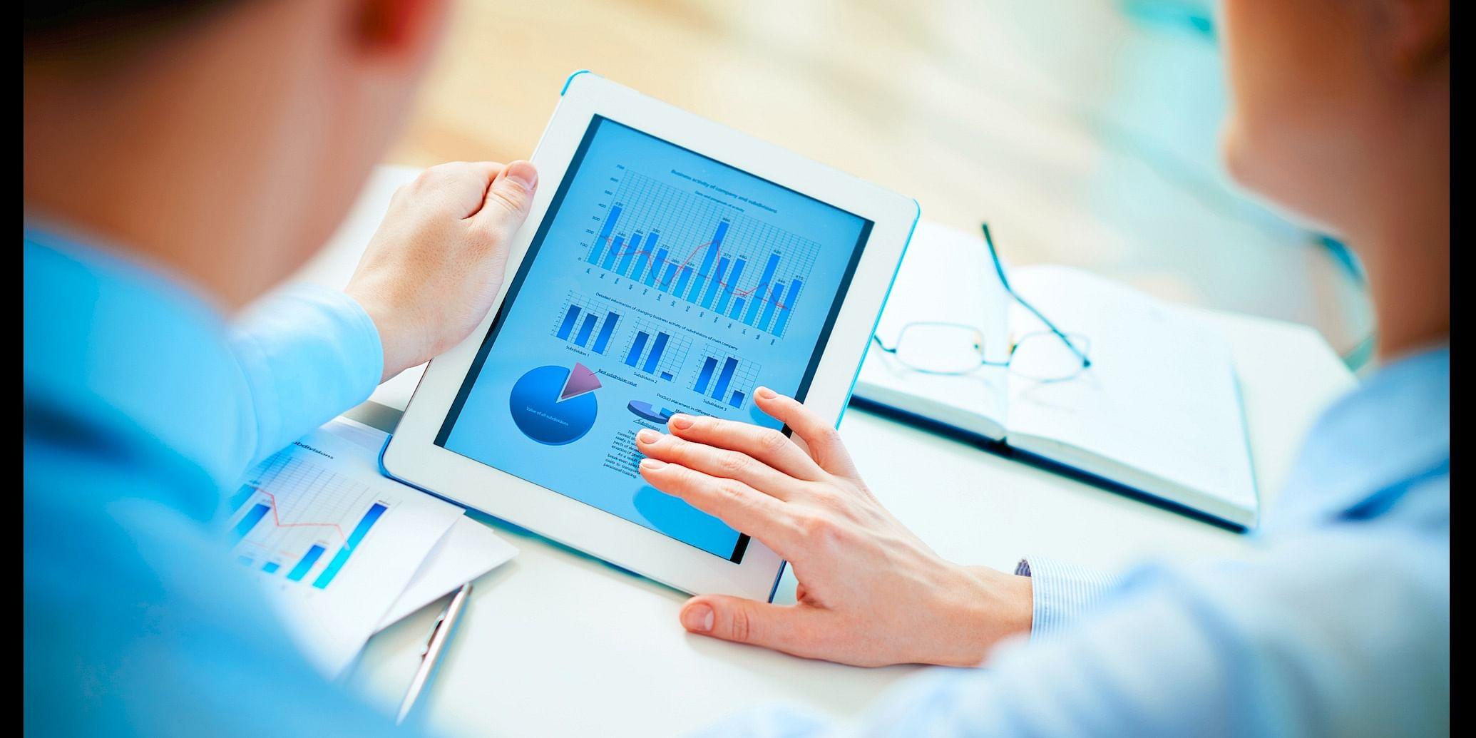 (Data Analytics as SaaS. Source: https://thenextweb.com/wp-content/blogs.dir/1/files/2014/04/data-business-meeting.jpg)